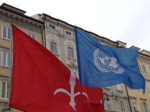 La bandiera di Stato del Free Territory of Trieste e quella delle Nazioni Unite.