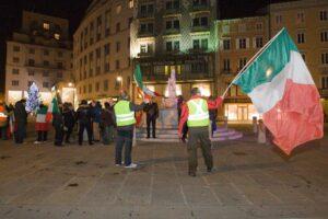 Presidio con bandiere italiane fuori dalla sede di Trieste Libera (dicembre 2013).
