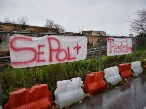 """Gli striscioni """"SE POL"""" (si può) e """"Trieste Libera"""" appesi nel Porto Franco Nord di Trieste durante una manifestazione contro la sdemanializzazione."""