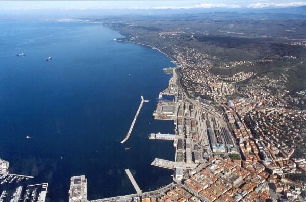 """Il Porto Franco Nord di Trieste, ribattezzato con disprezzo """"porto vecchio"""" dai politici che vorrebbero distruggerlo illegalmente."""