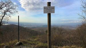 Cartello che indica il Monte Ermada-Grmada-Hermada ad altitudine 323.