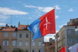 La bandiera di Trieste e dell'ONU al presidio di Trieste Libera durante la conclusione del ciclo di conferenze sul futuro dell'Europa.