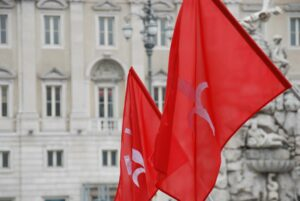Due bandiere di Stato del Territorio Libero di Trieste in Piazza Grande o dell'Unità.